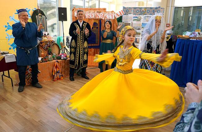 танцует-узбекская-свадьба