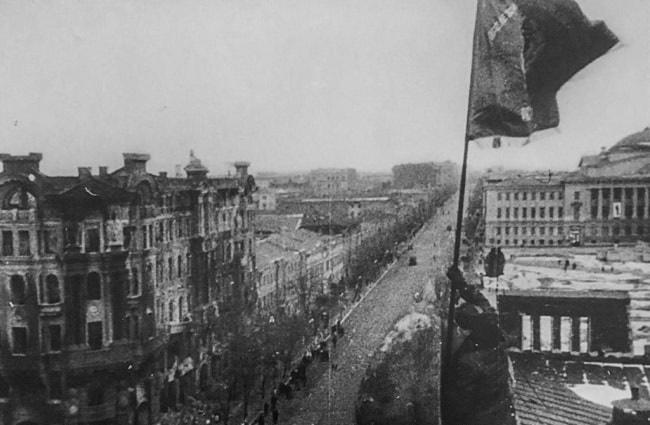 знамя над освобожденнмы Ростовом-min