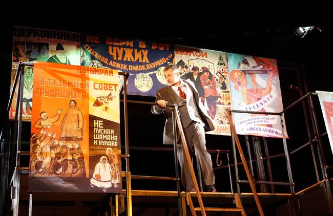 Скулков-на-фоне-плакатов