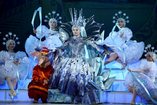 Королева,-снежинки-и-тролли