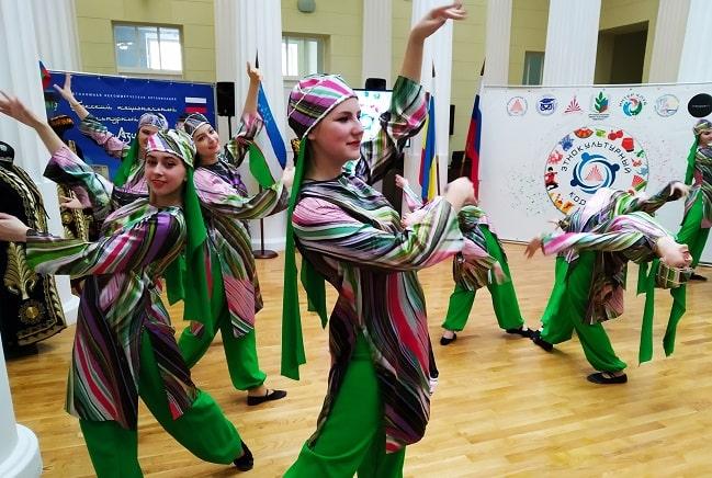 Танцует ансамбль Грация-min