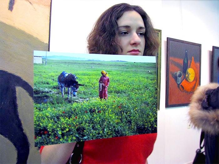 Участница акции в поддержку Умиды Ахмедовой В Ростове-на-Дону, фото Веры Волошиновой