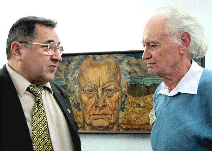 Александр Золотарев (справа) на фоне своего автопортрета на выставке в музее на Дмитровской, Ростов-на-Дону, фото Веры Волошиновой