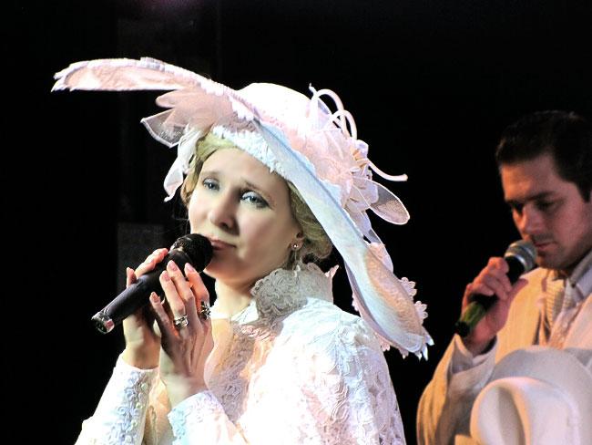 Валерия Искворина в юбилейном шоу Ростовского Молодежного театра, фото Веры Волошиновой