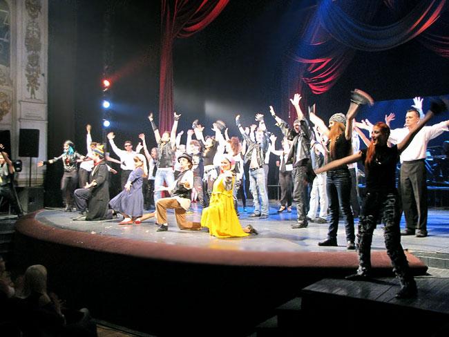 Финал юбилейного шоу Ростовского Молодежного театра, фото Веры Волошиновой
