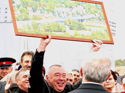 Губернатор Чуб на открытие моста в Казанской с подаренной ему картиной, фото Веры Волошиновой
