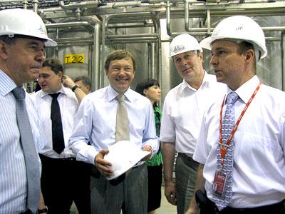 Депутаты ЗСРО и директор завода компании Coca-Cola Hellenic Александр Антонов, фото Веры Волошиновой