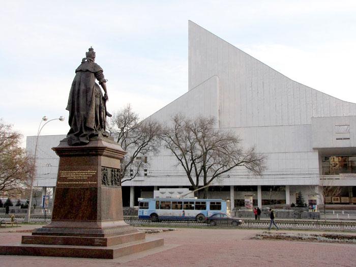 Памятник Елизавете I в Ростове-на-Дону, скульптор Сергей Олешня, архитектор Владимир Фоменко, фото Веры Волошиновой