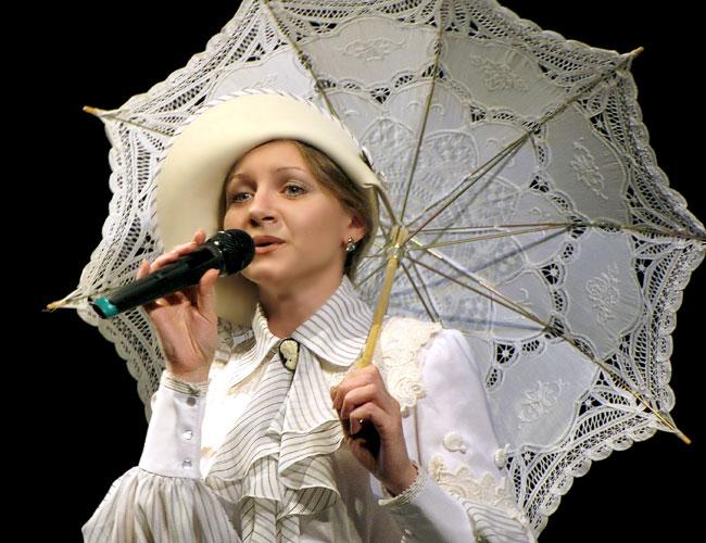 Людмила Мелентьева в юбилейном шоу Ростовского Молодежного театра, фото Веры Волошиновой