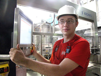 Оператор новой производственной линии Новоалександровского завода Coca-Cola Hellenic, фото Веры Волошиновой