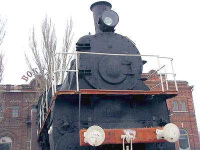 Паровоз, установленный перед Таганрогским вокзалом
