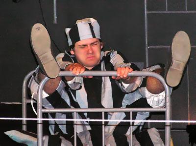 Заключенный – Роман Меринов в спектакле 'Полицейские' Ростовского Молодежного театра, фото Веры Волошиновой