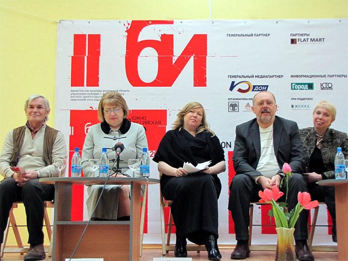 Оргкомитет Южно-российского первого биеннале современного искусства, в центре – председатель оргкомитета Светлана Крузе, фото Веры Волошиновой