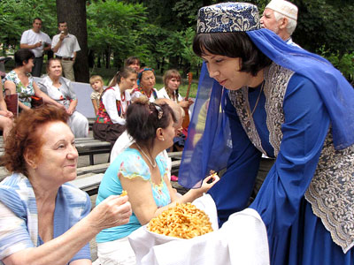 Чак-чак, татарский праздник сабантуй в Ростове-на-Дону, фото Веры Волошиновой