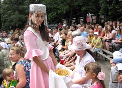 Пробуем чак-чак, татарский праздник Сабантуй в Ростове-на-Дону, фото Веры Волошиновой