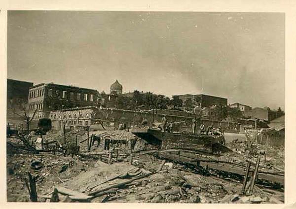 Разрушенный город со стороны набережной