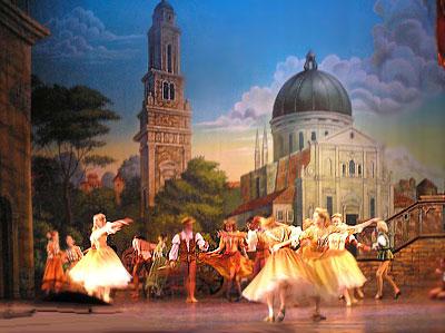 """Сцена из балета Ростовского музыкального театра """"Ромео и Джульетта"""", фото Веры Волошиновой"""