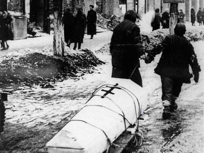 жительница Ростова-на-Дону с сыном везет хоронить умершего мужа