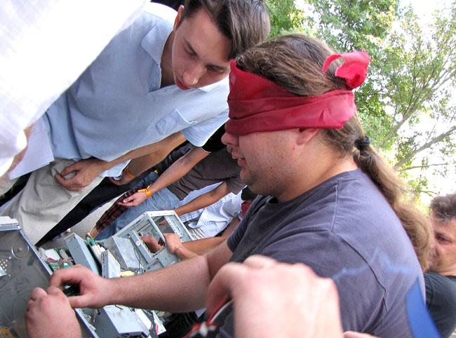 Конкурс 'Сбор системного блока вслепую', международный день сисадмина в Ростове-на-Дону, фото Веры Волошиновой