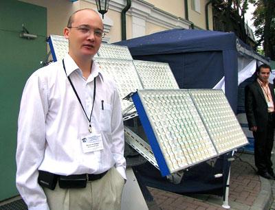 Андрей Михайлов, инженер СКГУ, у солнечной фотоустановки