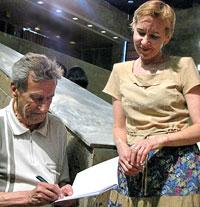 Николай Скребов раздает автографы
