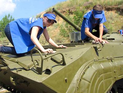 Аксайские подростки на работе в Аксайском военно-историческом музее, фото Веры Волошиновой