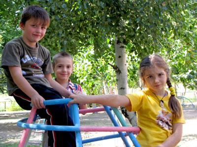 Они так и отдыхают вместе на игровой площадке – воспитанник детского сада и школьники, малокомплектная школа в поселке Щепкино Аксайского района Ростовской области, фото Веры Волошиновой