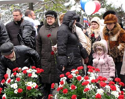 Возложение цветов к Вечному огню в День единения и согласия, Ростов-на-Дону, фото Веры Волошиновой