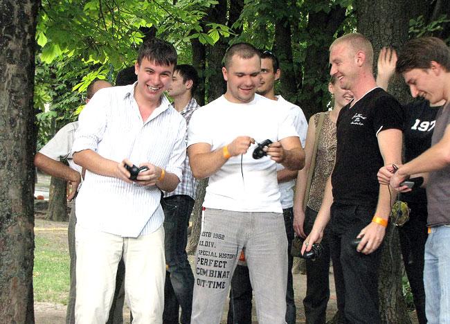 Команда желтых готовиться метать мыши, международный день сисадмина в Ростове-на-Дону, фото Веры Волошиновой