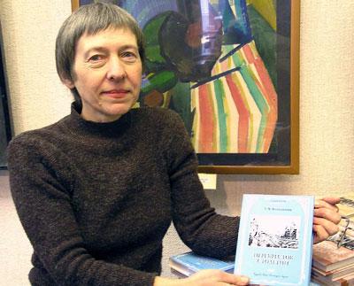 Любовь Волошинова со своей книгой 'Перекресток столетий', фото Веры Волошиновой