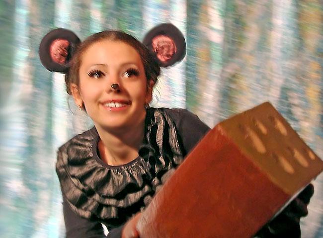 Ольга Сопова (мышка) в спектакле Новошахтинского театра