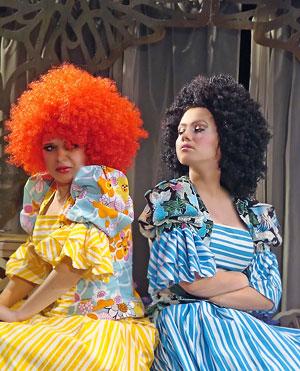 Александра Сопова (Жавотта) и Марина Хлебникова (Гортензия) в спектакле Новошахтинского театра