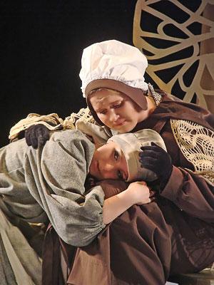 Мария Третьякова (Золушка) и Олеся Агрызкова (фея-крестная)  в спектакле Новошахтинского театра