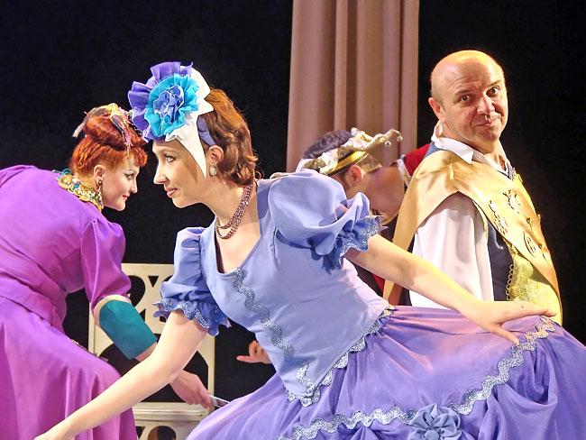 Сцена бала из спектакля Новошахтинского театра
