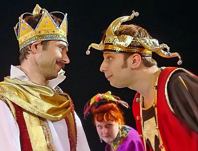 Юрий Сопов (король) и Михаил Сопов (шут) в спектакле Новошахтинского театра