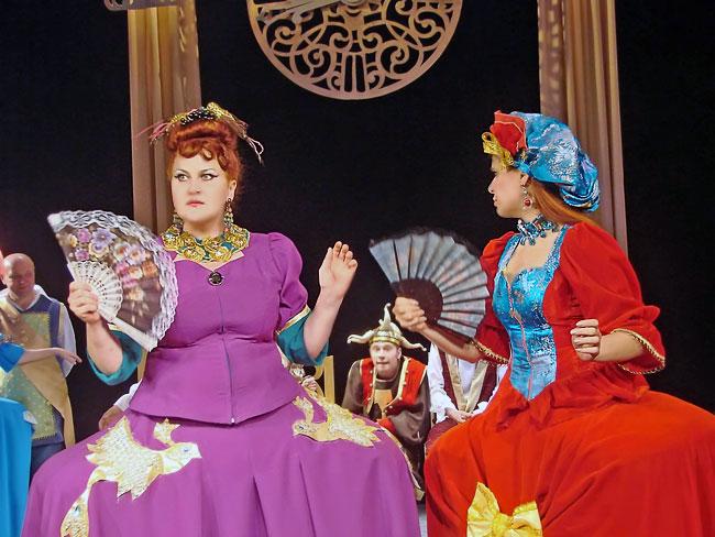 Оксана Второва (мачеха) и Александра Сопова (Жавотта) в спектакле Новошахтинского театра