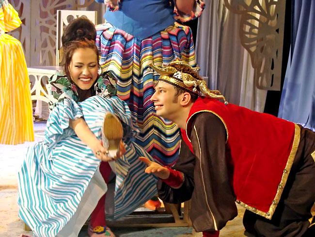 Марина Хлебникова (Гортензия) и Михаил Сопов (шут) в спектакле Новошахтинского театра
