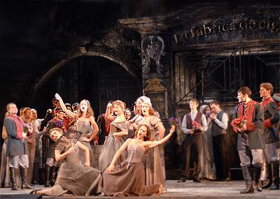 Сцена из  оперы Ростовского музыкального театра 'Кармен' фото из архива театра