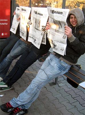 Флеш-моб 19 ноября на остановке общественного транспорта в Ростове-на-Дону газета 'Молот'