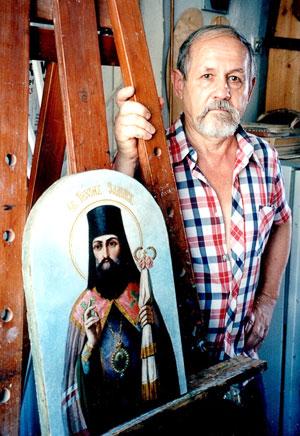 Александр Чернов со спасенной и отреставрированной иконой Тихона Задонского, станица Кривянская, фото Веры Волошиновой