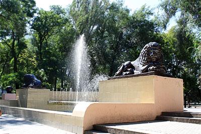 Фонтан со львами напротив  Госбанка в Ростове-на-Дону, 1916 года, скульптор Я.З. Вейде, автор проекта здания - М. Перетяткович, фото Суслово Полины