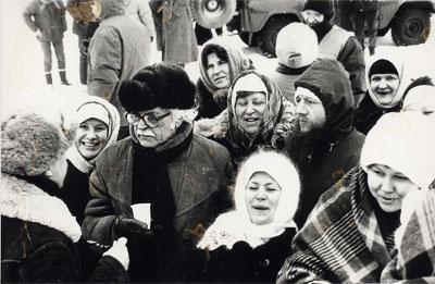 Федор Бондарчук среди участников съемки «казачьего отступа»