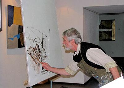 Художник Анатолий Кузнецов дает урок беспредметной живописи молодым ростовским художникам в музее современного изобразительного искусства, фото Веры Волошиновой