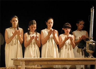 спектакль 'Поминальная молитва' в Новошахтинском театре, фото Веры Волошиновой