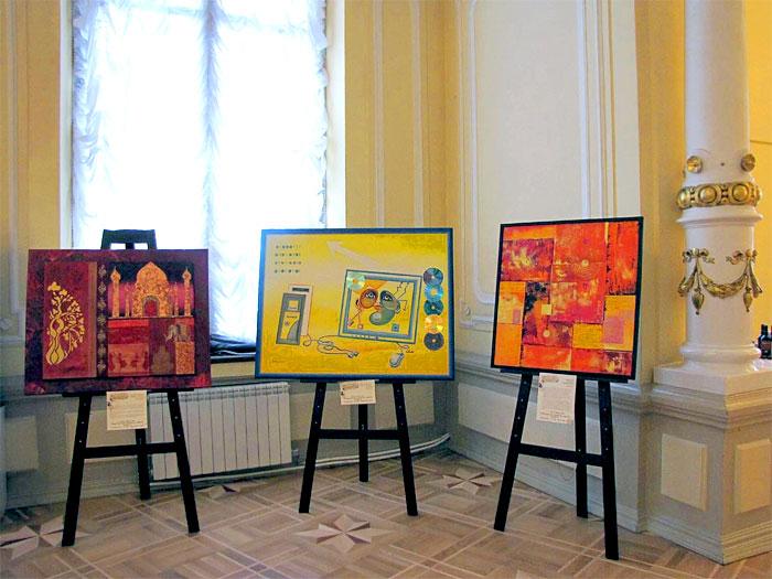 Выставка в золотом фоей Ростовского Молодежного театра, посвященная году Франции в России, фото Веры Волошиновой