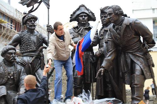 Памятник основателям крепости Святителя Димитрия Ростовского, день города Ростова 2009, фото Лидии Григорьевой