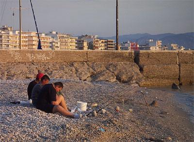 Греки не любят одиночества, даже рыбачить предпочитают в компании, набережная греческого города Лутраки, фото Веры Волошиновой