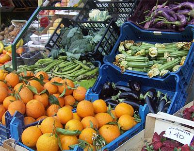Прилавок овощной лавки в Лутраки